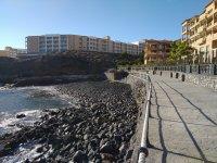 Галечный дикий пляж в Гольф-дель-Сур на Тенерифе