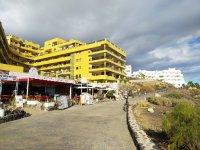 Прогулочная аллея с барами и ресторанами в Гольф-дель-Сур на Тенерифе, Испания