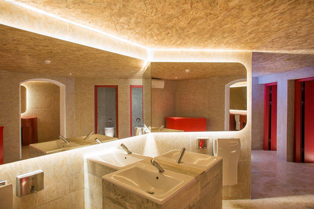 Туалетная комната в клубе Пача на Ибице