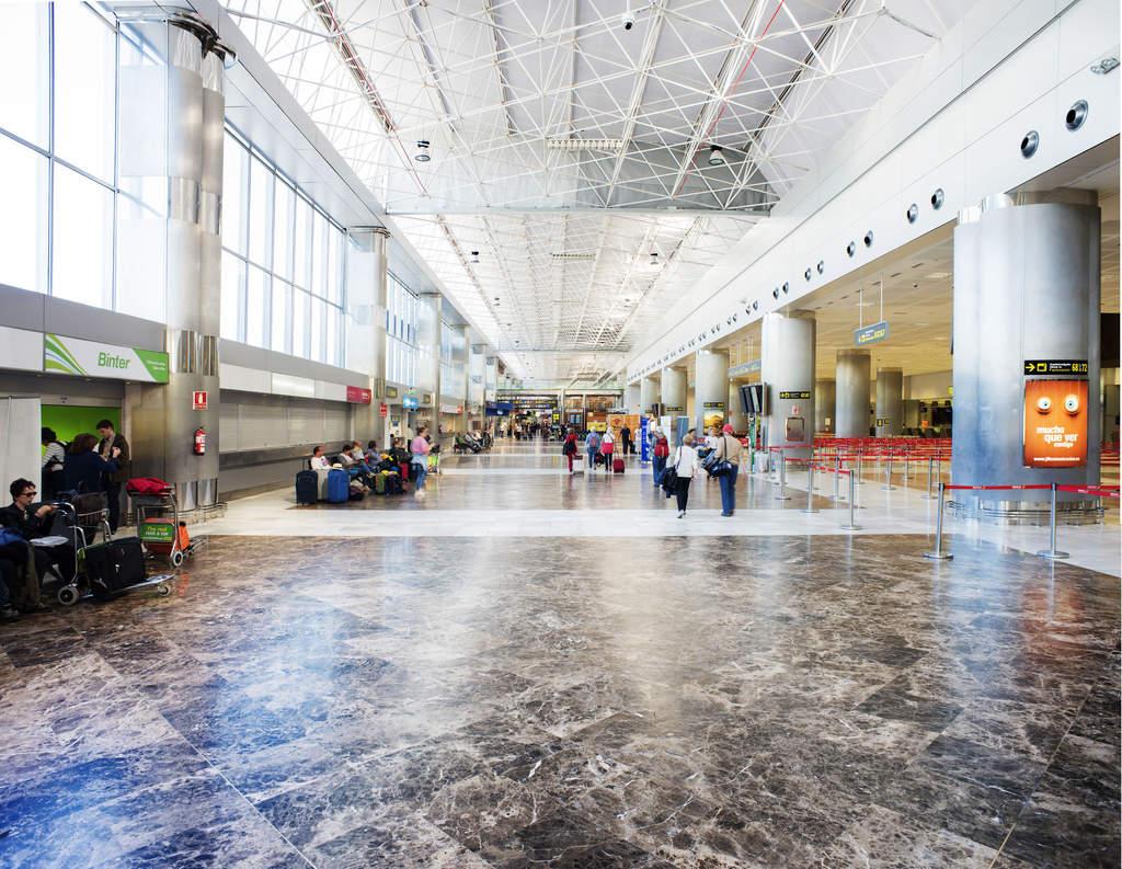 Внутри аэропорт Южный Тенерифе