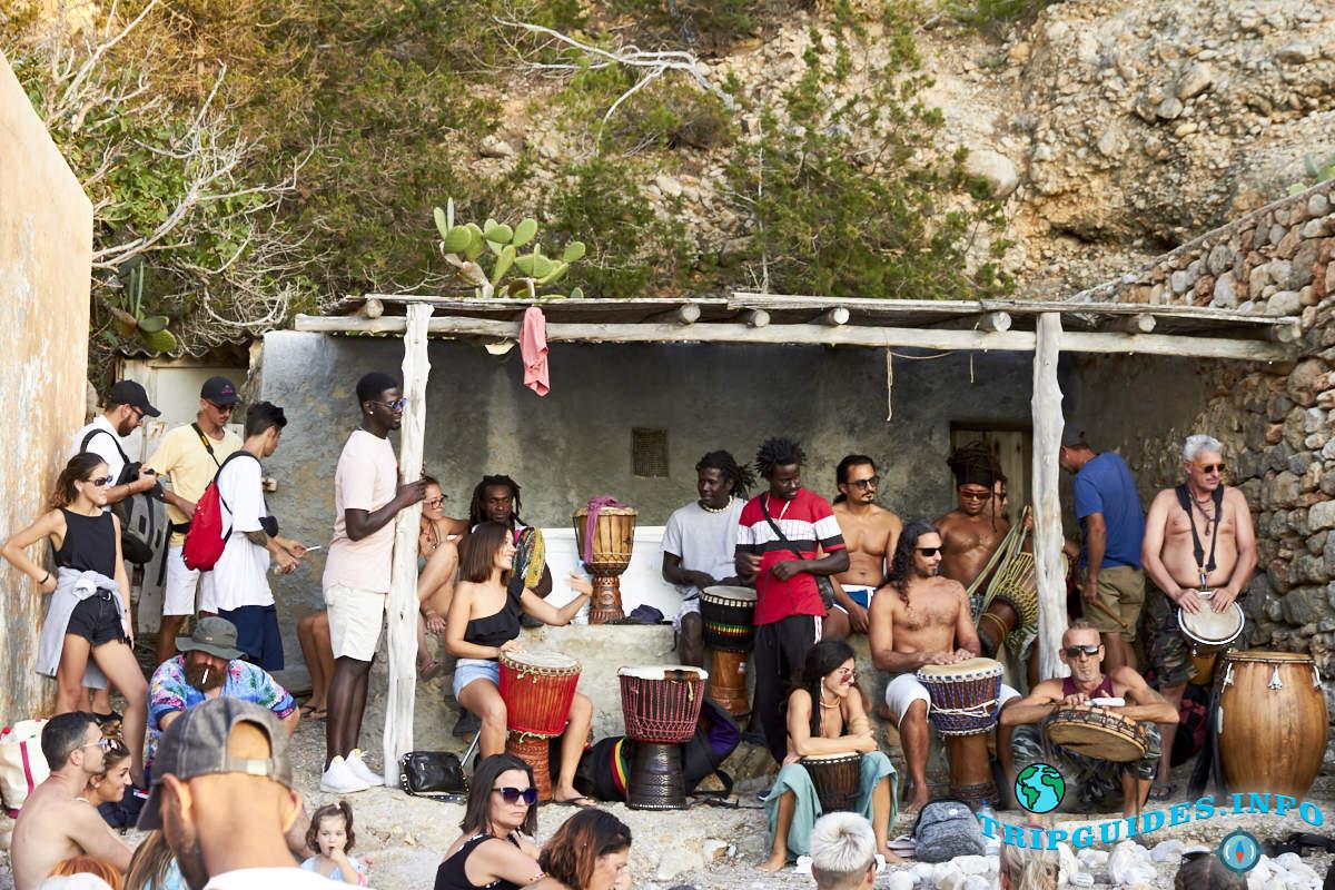 Барабанщики на Кала Бениррас на Ибице - Балеарские острова, Испания