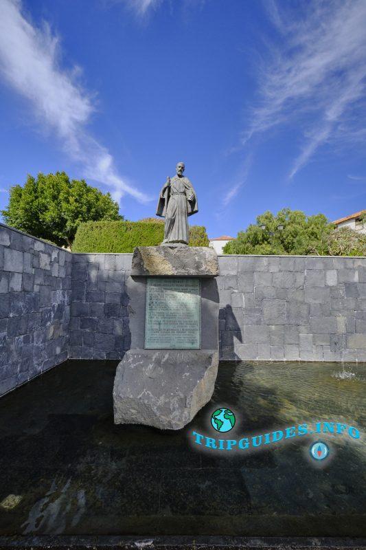 Памятник - Педро де Сан-Хосе Бетанкур. деревня Вилафлор, Тенерифе, Канарские острова, Испания