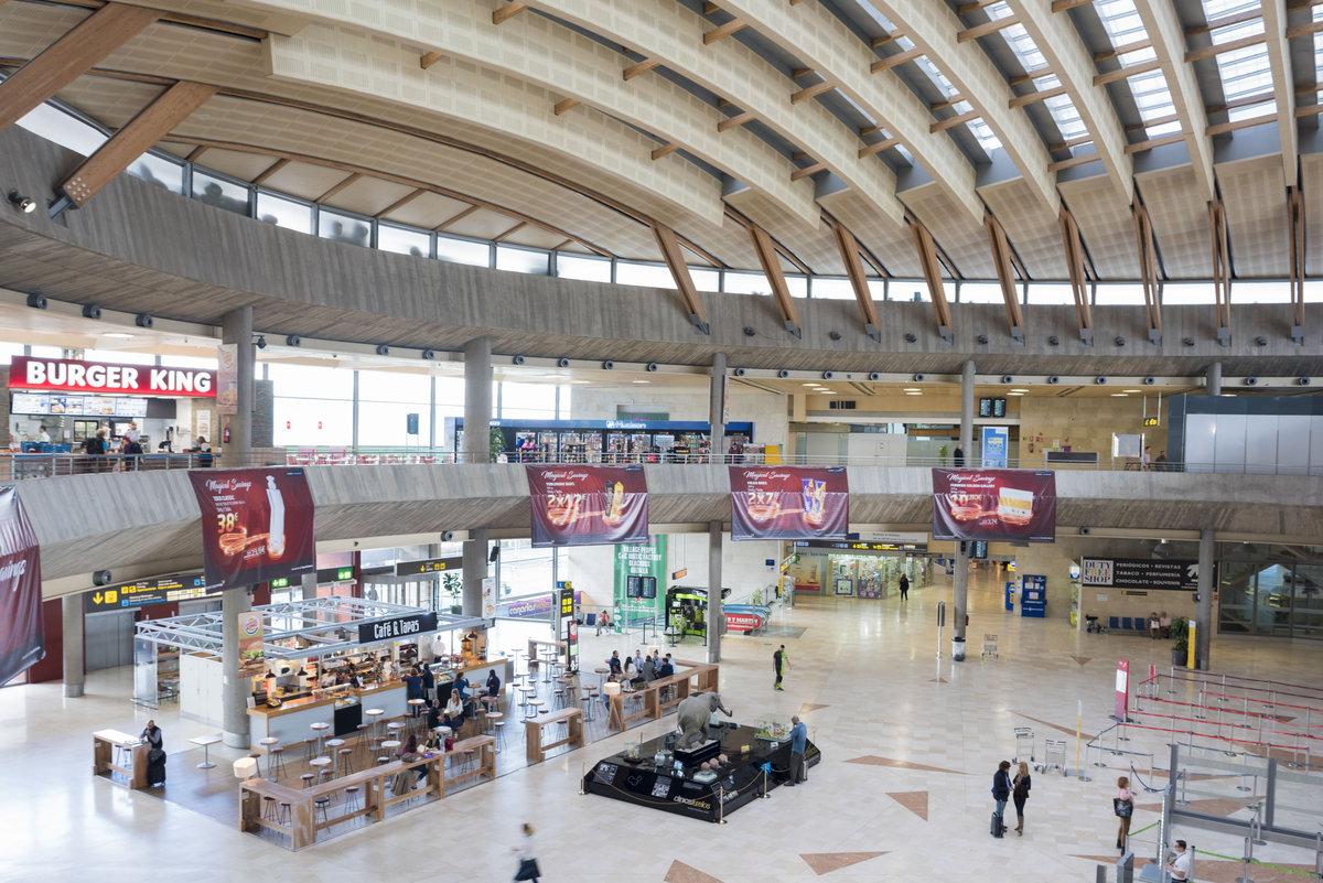 Аэропорт Тенерифе-Северный: зал регистрации и кафе