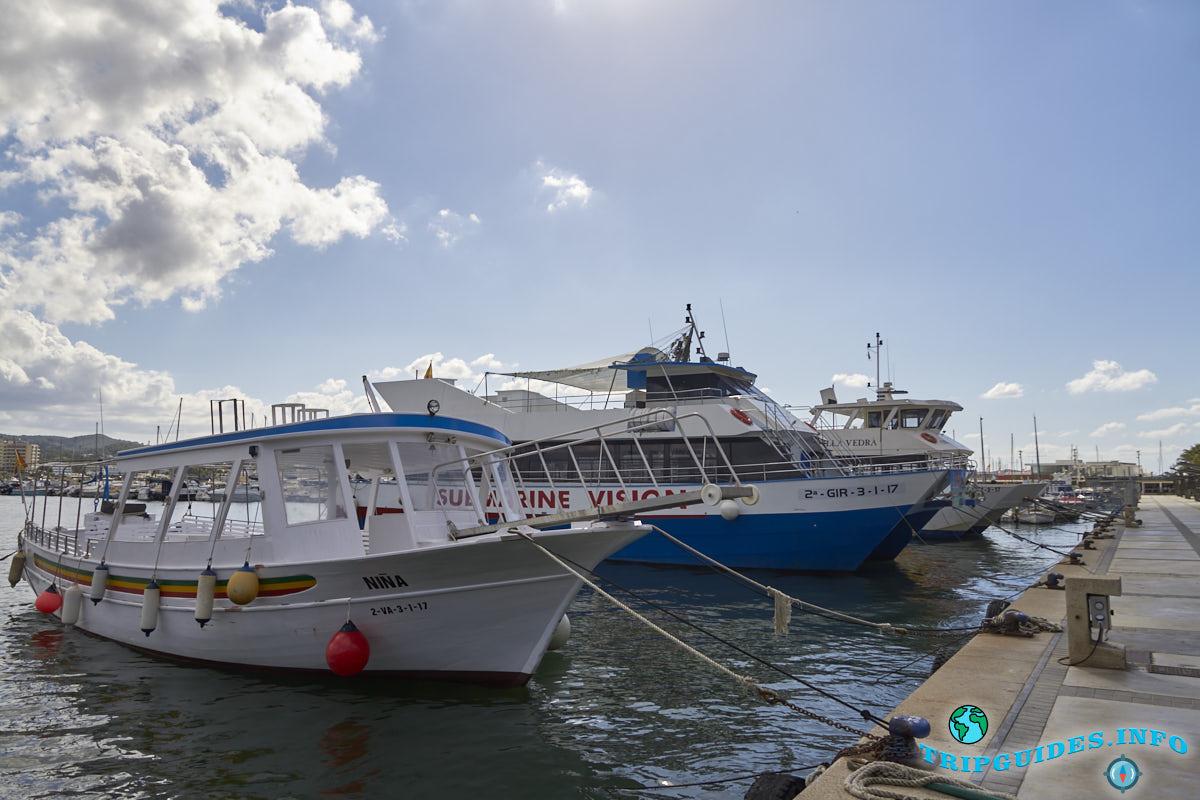Слева самый крайний – морской транспорт, перевозят людей с бухты к бухте.