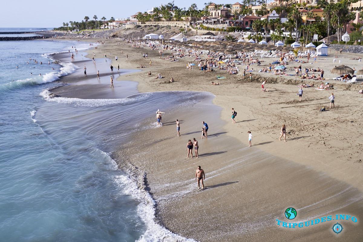 Пляж Плайя-Дель-Дюк в Коста Адехе на острове Тенерифе