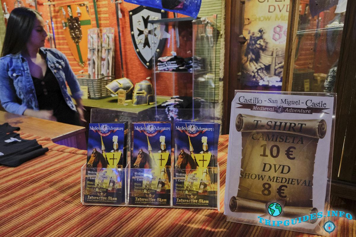 Продажа DVD дисков и футболок в замке Сан-Мигель на Тенерифе