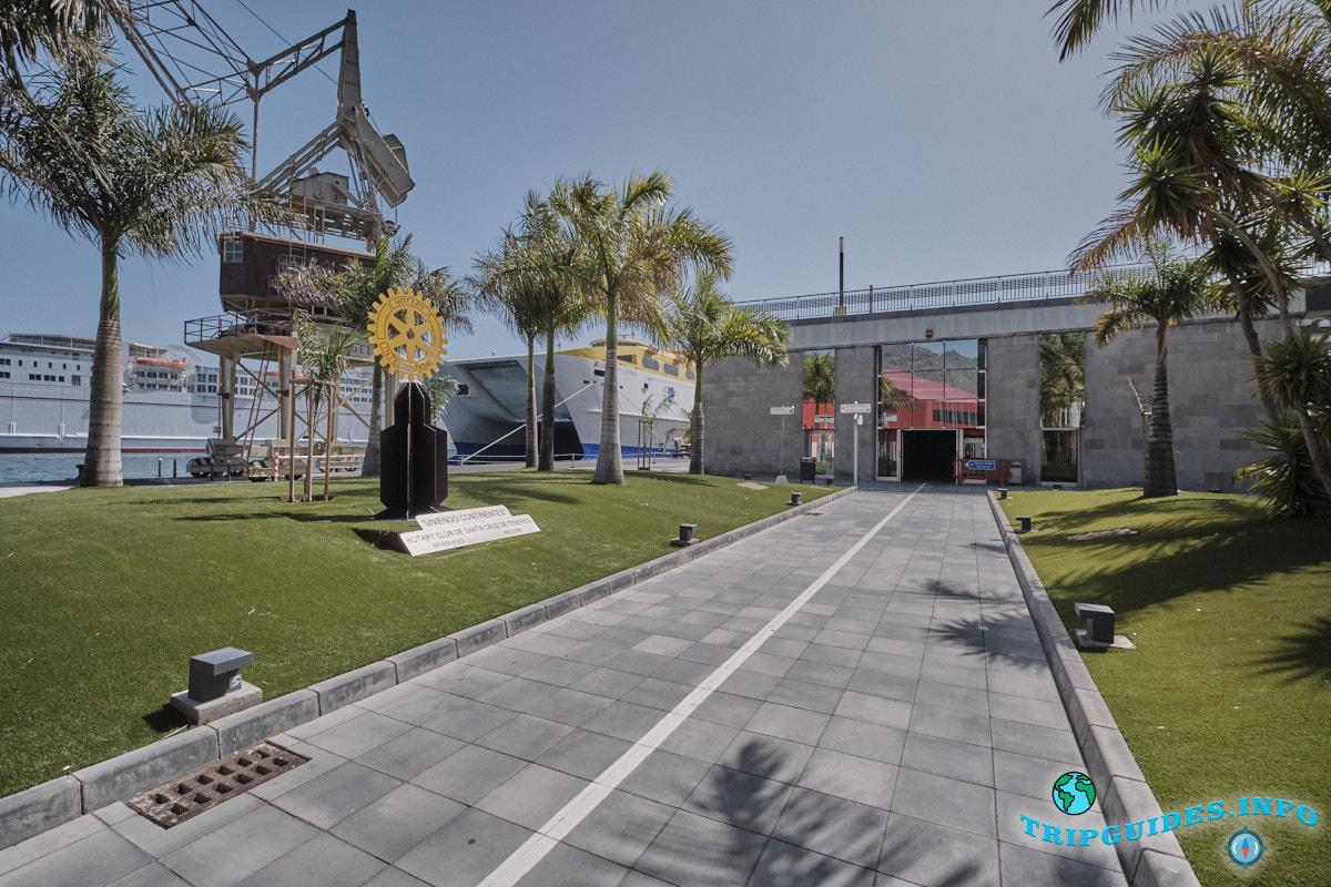 Вход в здание главного порта со стороны круизного терминала в порту Санта Крус