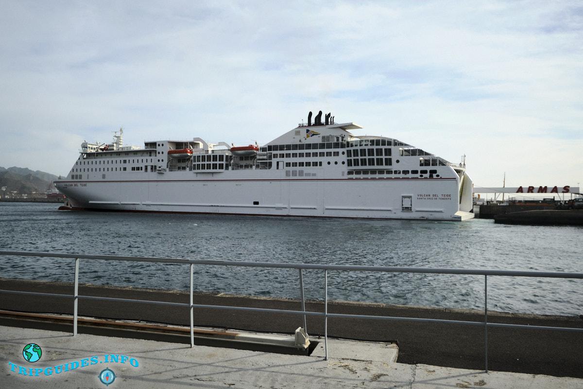 Паром на Huelva в материковую часть Испании в порту Санта-Крус-де-Тенерифе
