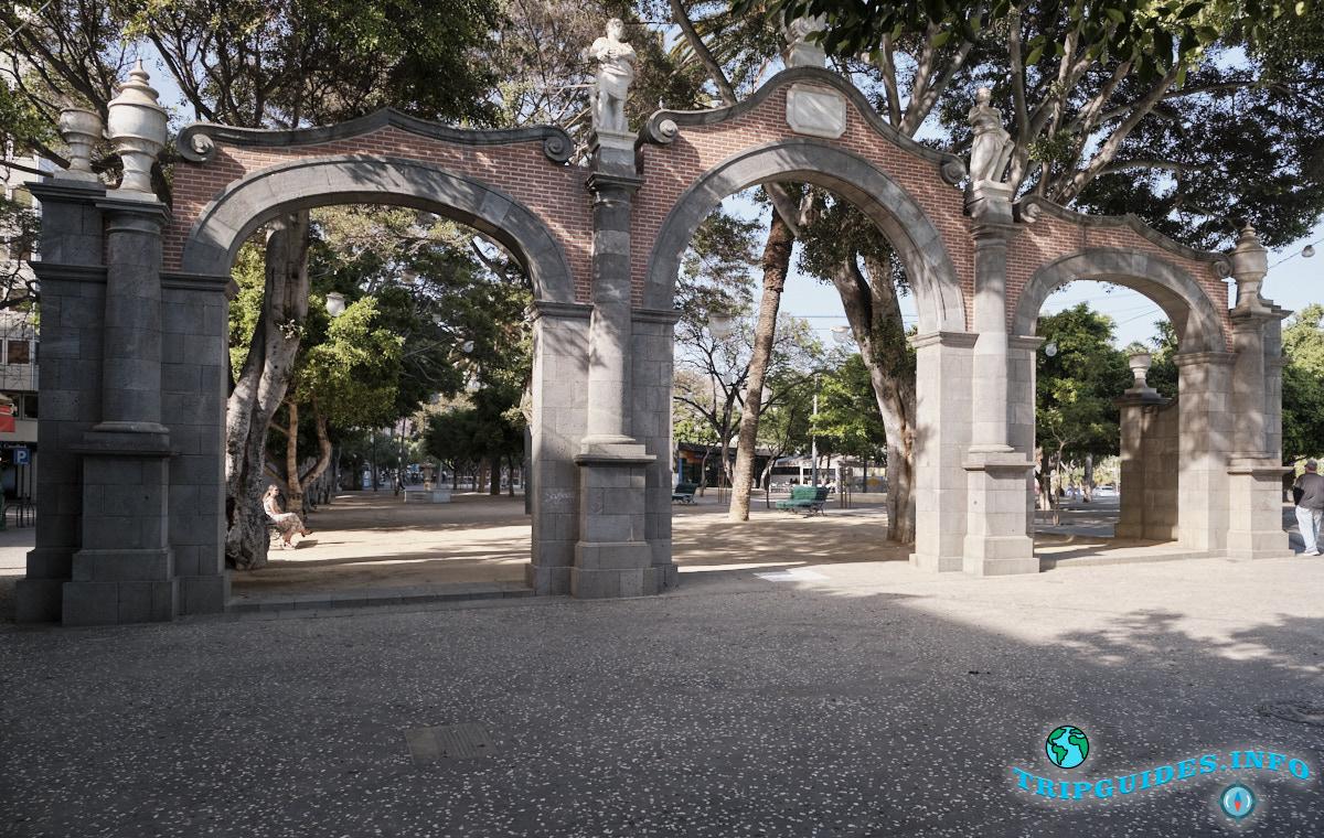 Каменная арка шириною 20 м. и высотою 9 метров - Площадь Испании в Санта-Крус-де-Тенерифе