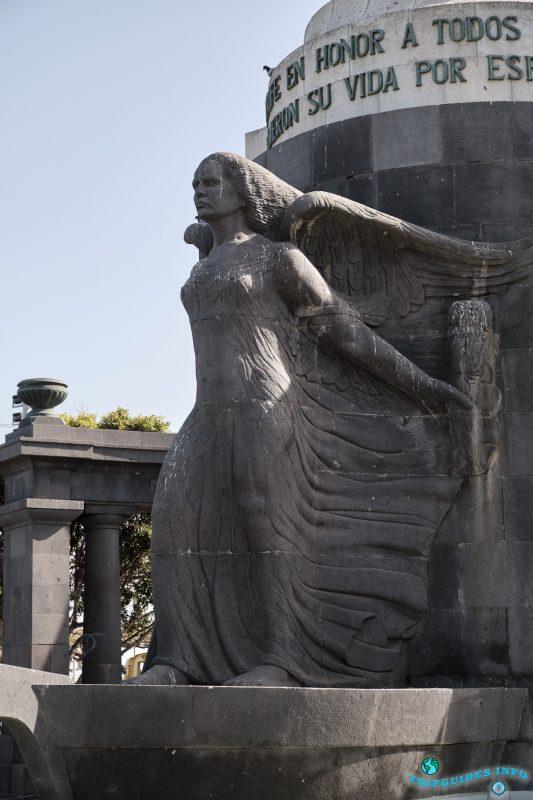 Изваяние крылатой женщины, богини Победы Ники - Площадь Испании в Санта-Крус-де-Тенерифе