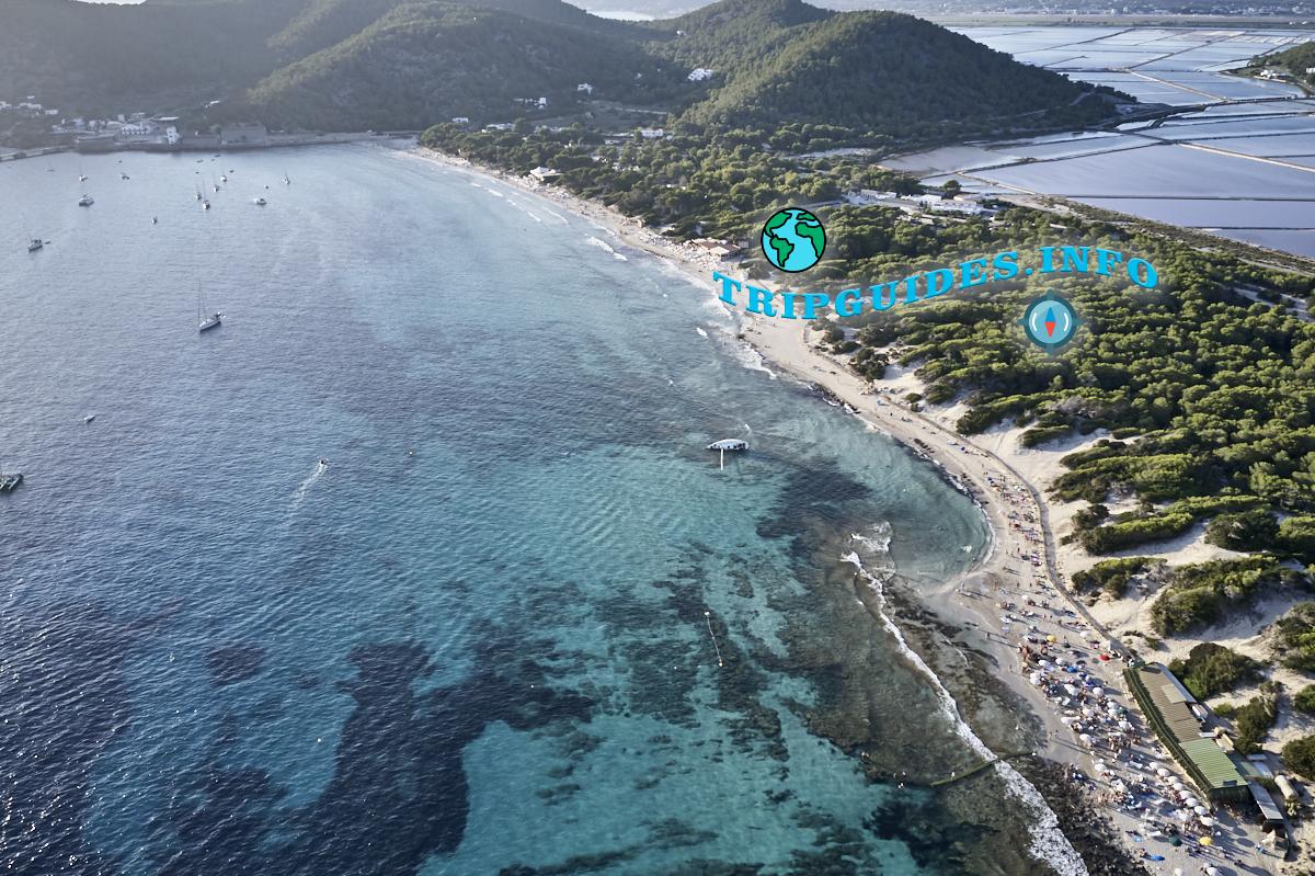 Пляж Сес Салинес на острове Ибица, Испания - аэросъёмка
