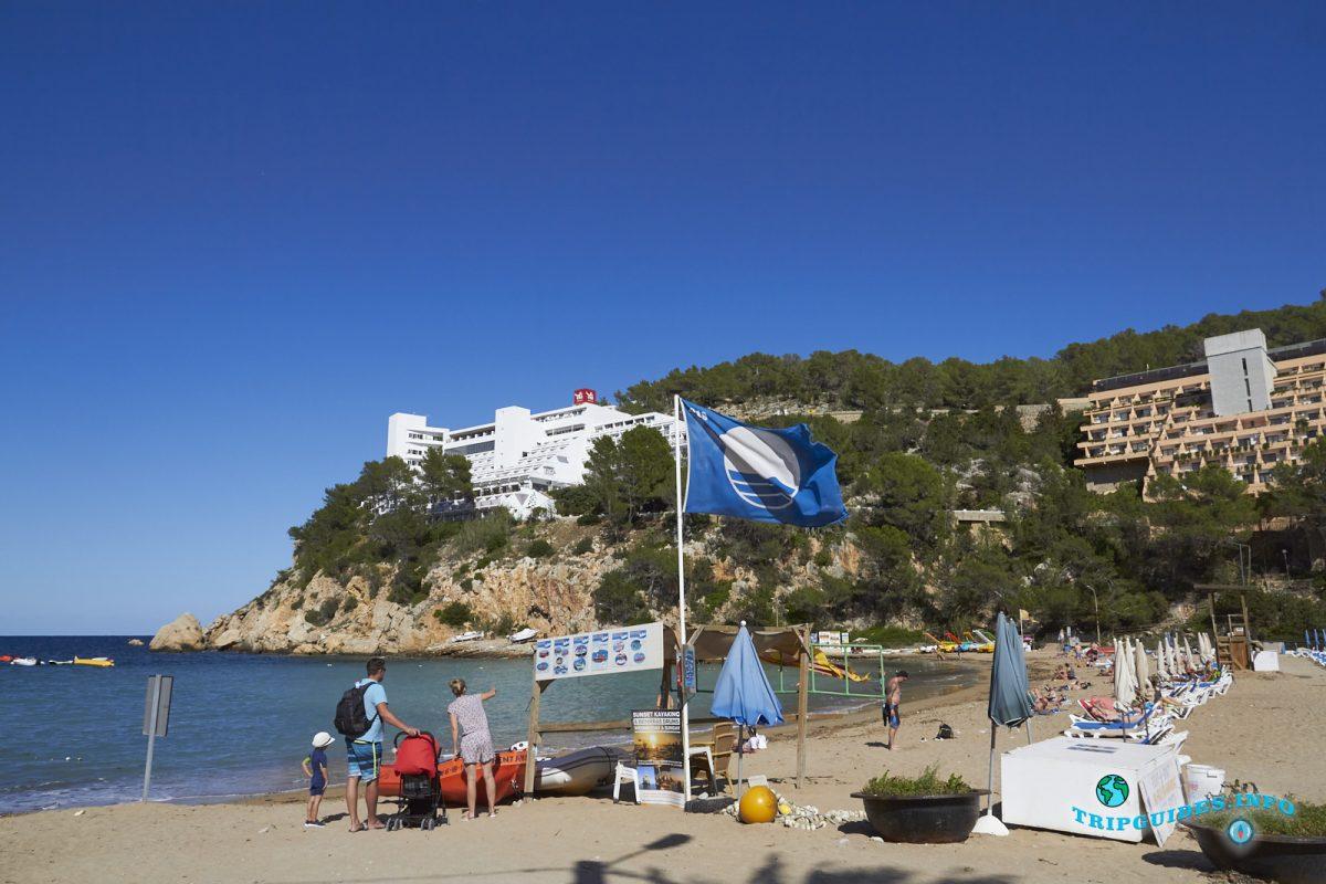 Синий флаг у пляжа Кала Сан-Мигель на Ибице - Балеарские острова, Испания