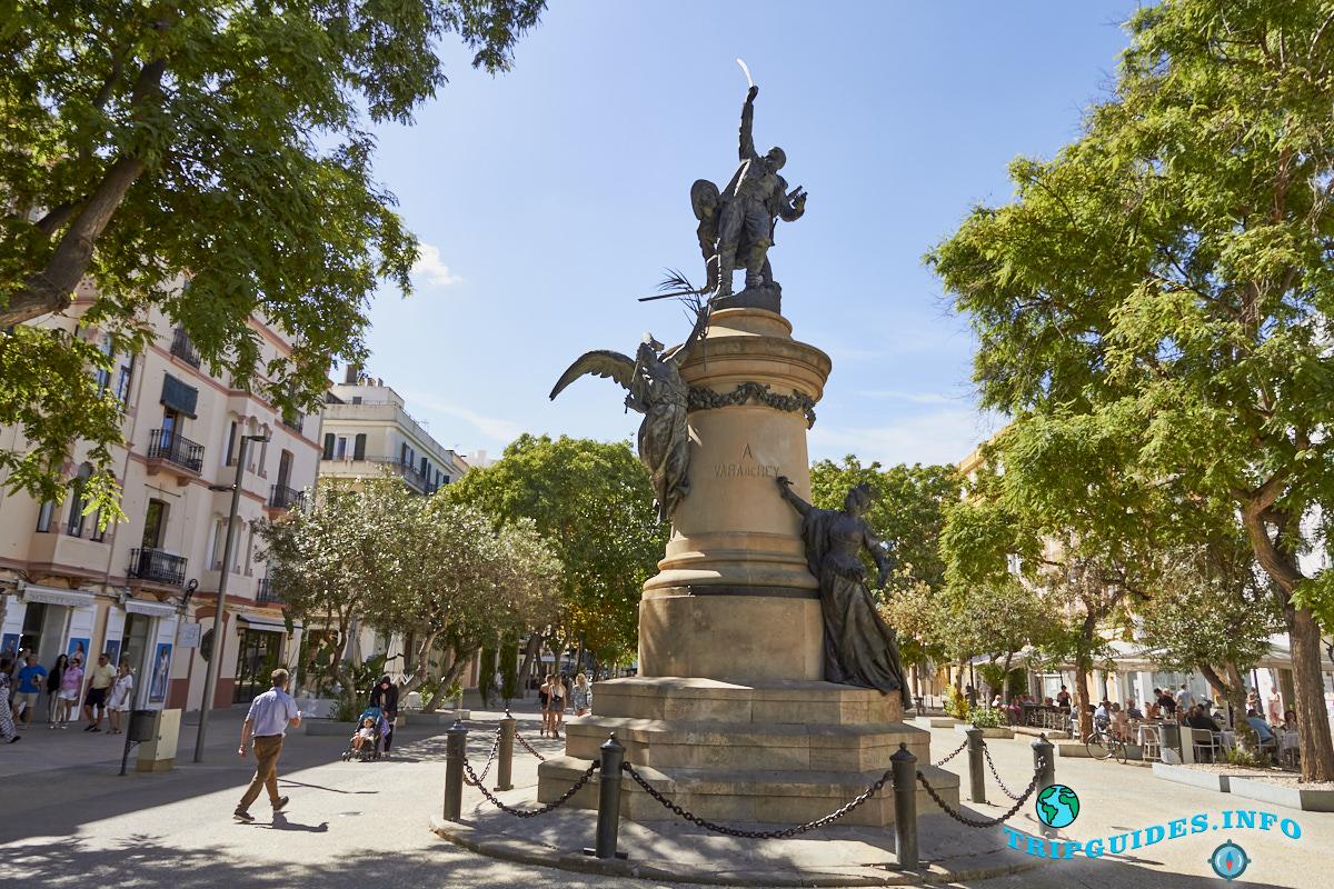 Площадь Вара-де-Рей в столице Ибица (Ивиса) - Балеарские острова, Испания. Plaza o Passeig de Vara de Rey