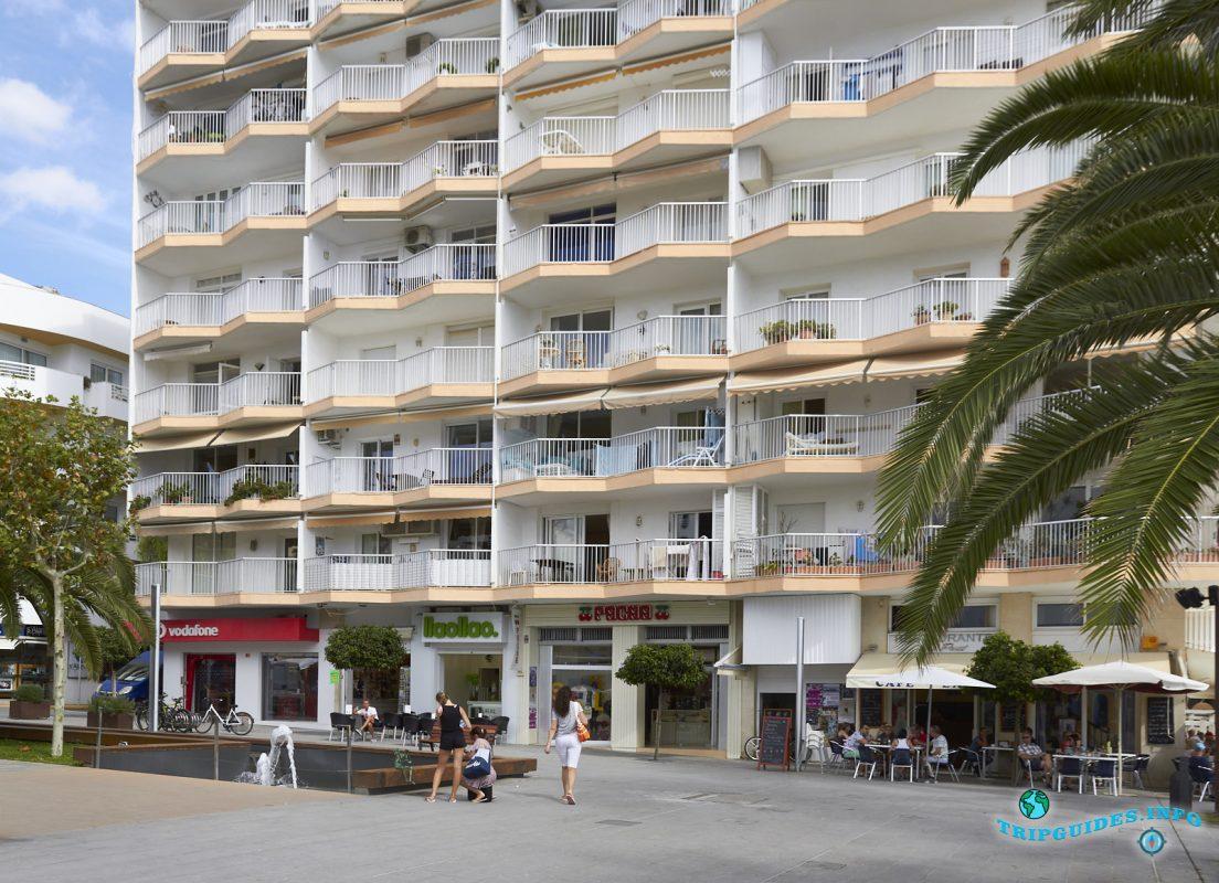 Центр курортного города Санта-Эулалия-дель-Рио - Ибица, Балеарские острова, Испания