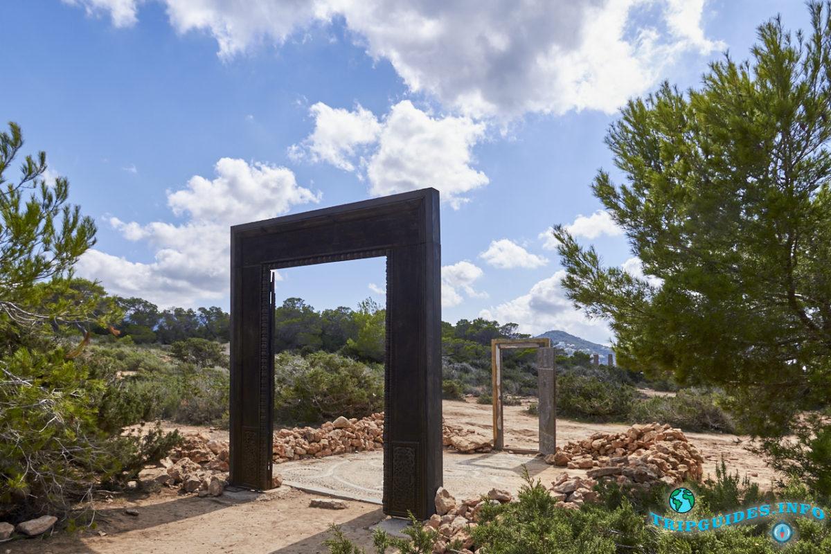 Двери Las Puertas de Cala Llentia или Puertas Can Soleil на Ибице, Балеарские острова, Испания
