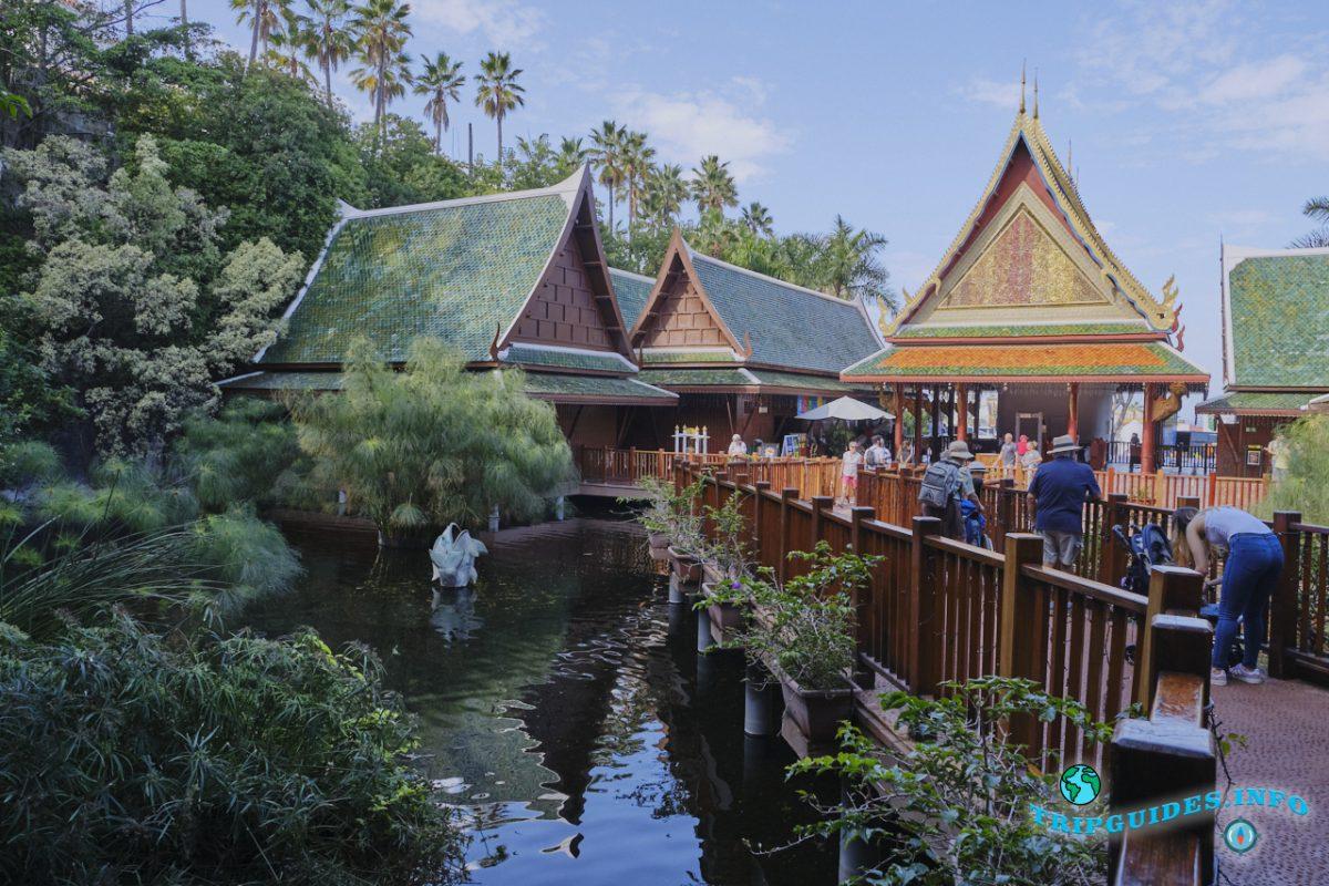 Тайская деревня в Лоро парке Тенерифе - мостик через пруд