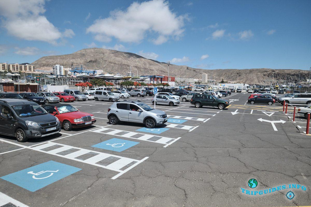 Паркинг автомобилей в порту Лос Кристианос - Тенерифе, Канарские острова, Испания