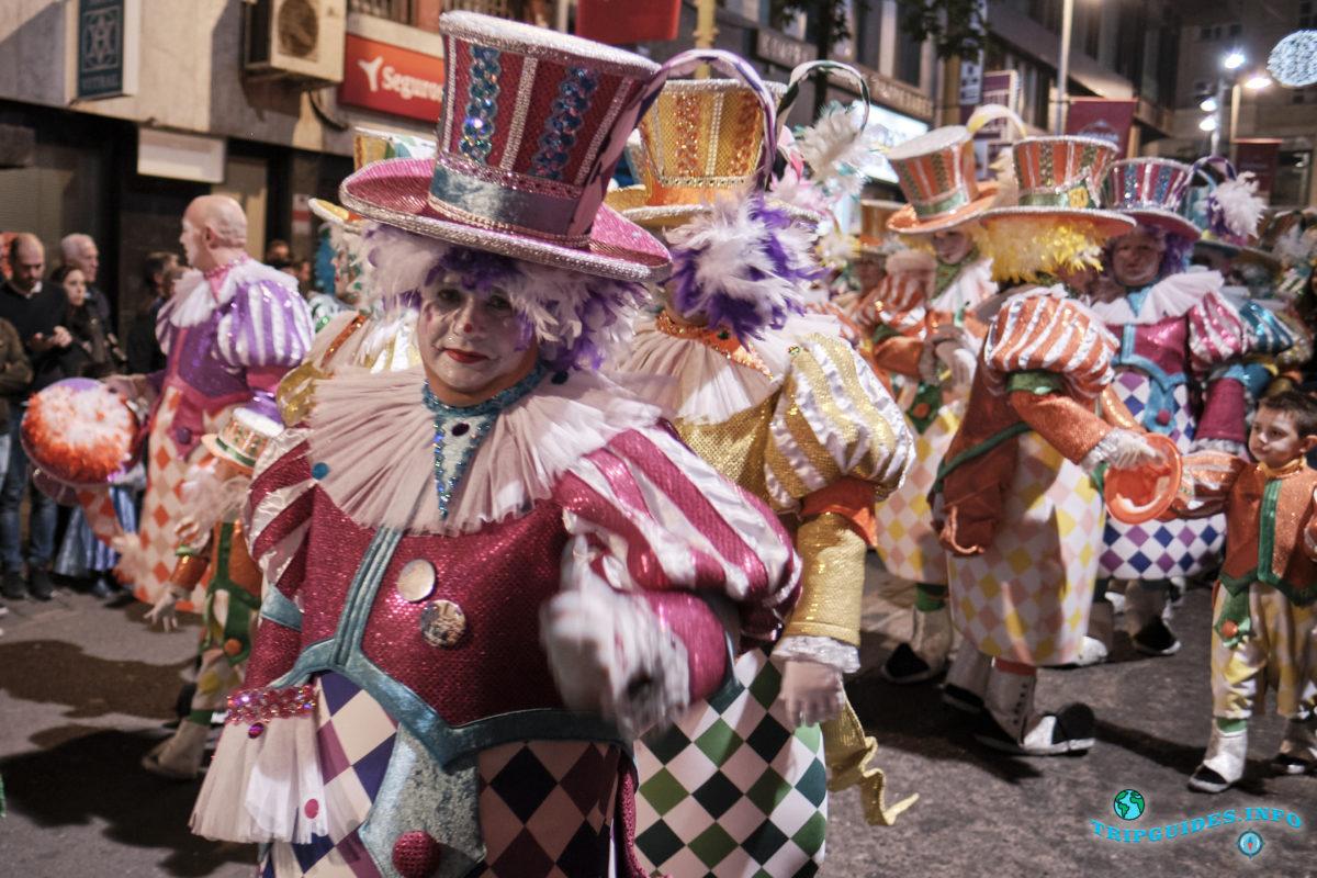 La cabalgata Карнавал в Санта-Крус-де-Тенерифе на острове Тенерифе, Испания