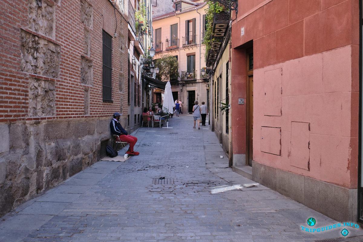 Улочки Мавританского квартала Ла-Морерия в Мадриде - столица Испании