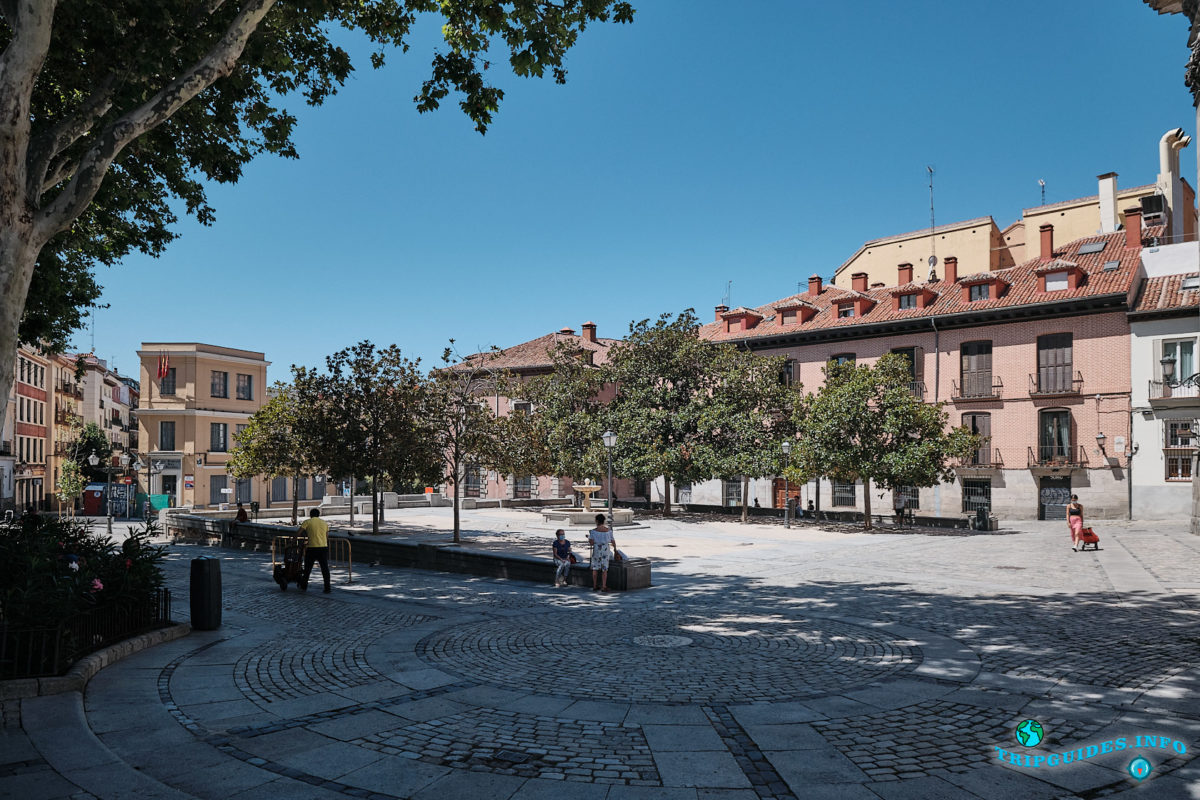 Каретная площадь (Plaza de los Carros) в Мавританском квартале Ла-Морерия в Мадриде - столица Испании