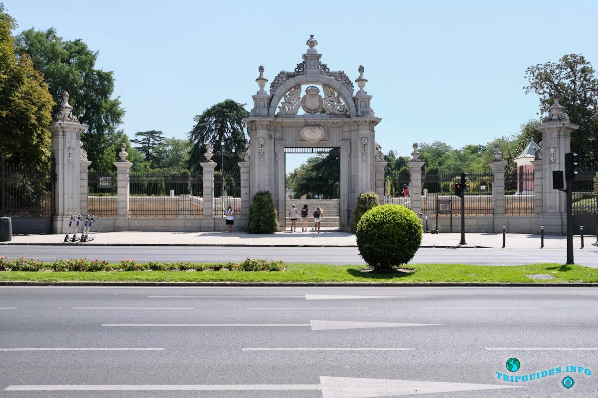 Ворота Puerta Felipe IV - Парк Буэн-Ретиро в Мадриде - Испания (Parque del Buen Retiro)