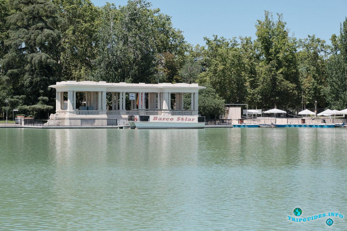 Пирс Барко-Солар в парке Буэн-Ретиро в Мадриде - Испания (Parque del Buen Retiro)