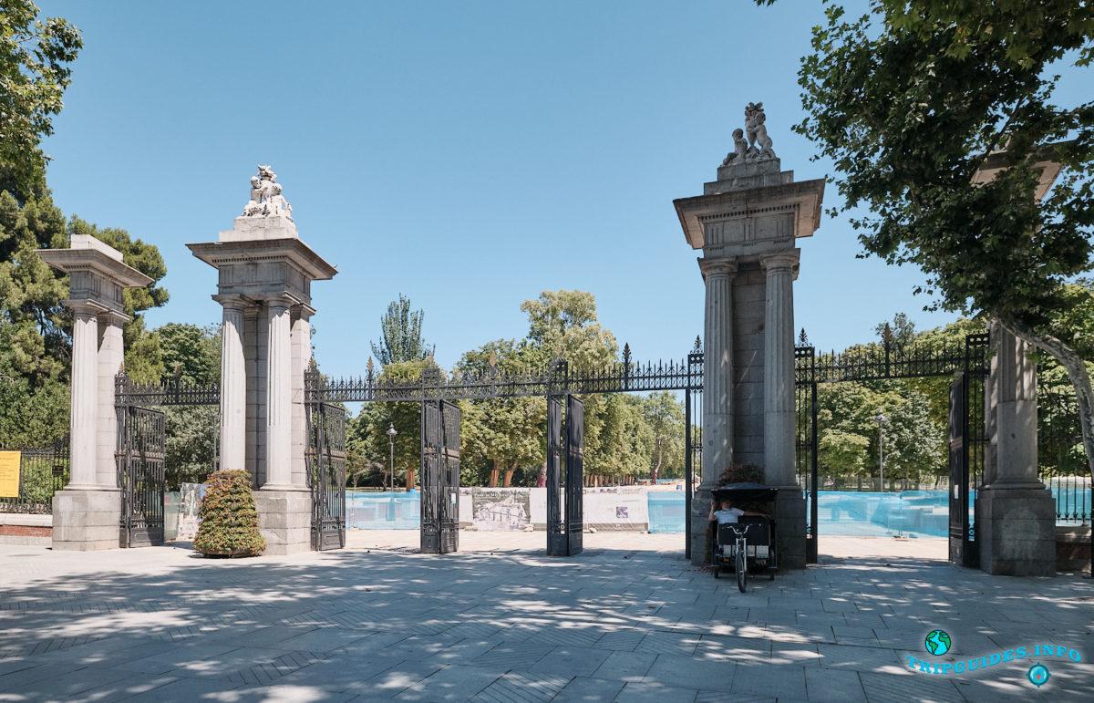 Ворота Puerta de la Independencia - Парк Буэн-Ретиро в Мадриде - Испания (Parque del Buen Retiro)