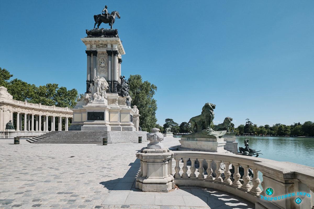 Cкульптура короля Альфонсо XII в парке Буэн-Ретиро в Мадриде - Испания (Parque del Buen Retiro)