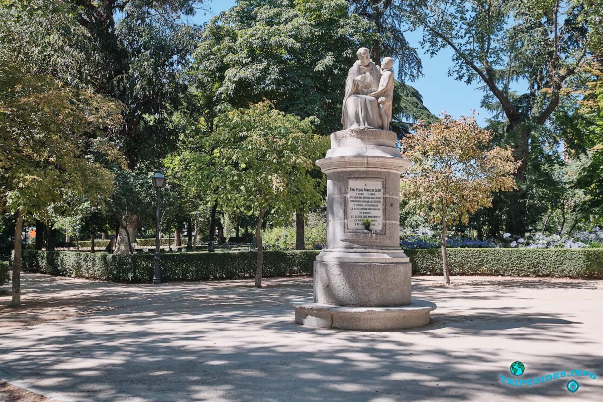 Памятник испанскому бенедиктинскому монаху Фрей Педро Понсе-де-Леон - Парк Буэн-Ретиро в Мадриде - Испания (Parque del Buen Retiro)