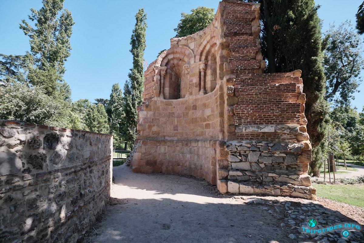 Руины часовни Сан-Пелайо и Сан-Исидоро в парке Буэн-Ретиро в Мадриде - Испания (Parque del Buen Retiro)