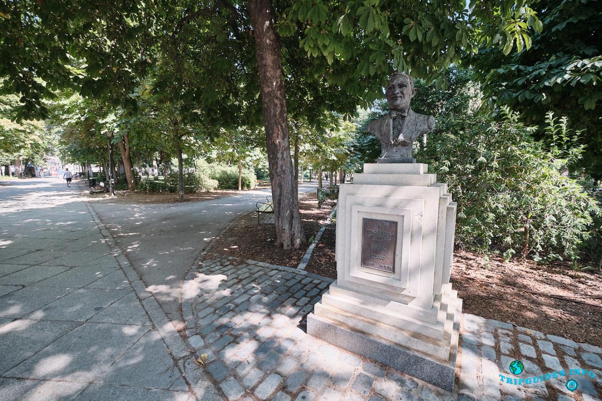 Монумент певцу и актеру Педро Варгасу в парке Буэн-Ретиро в Мадриде - Испания (Parque del Buen Retiro)