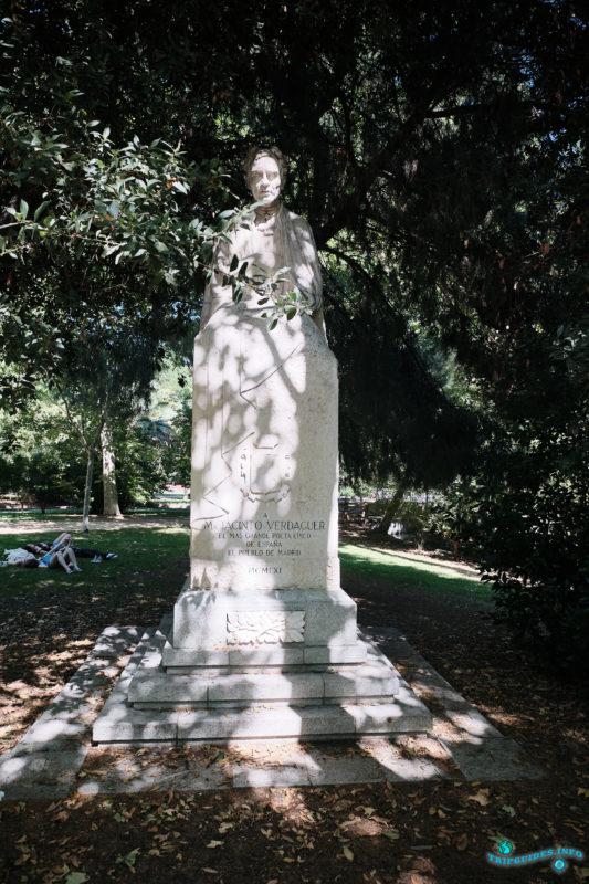 Памятник поэту Мосену Хасинто Вердагеру в парке Буэн-Ретиро в Мадриде - Испания (Parque del Buen Retiro)