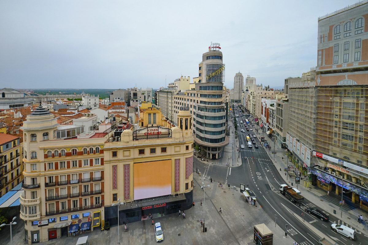 Улица Гра-Виа в Мадриде, столице Испании (Calle Gran Via)