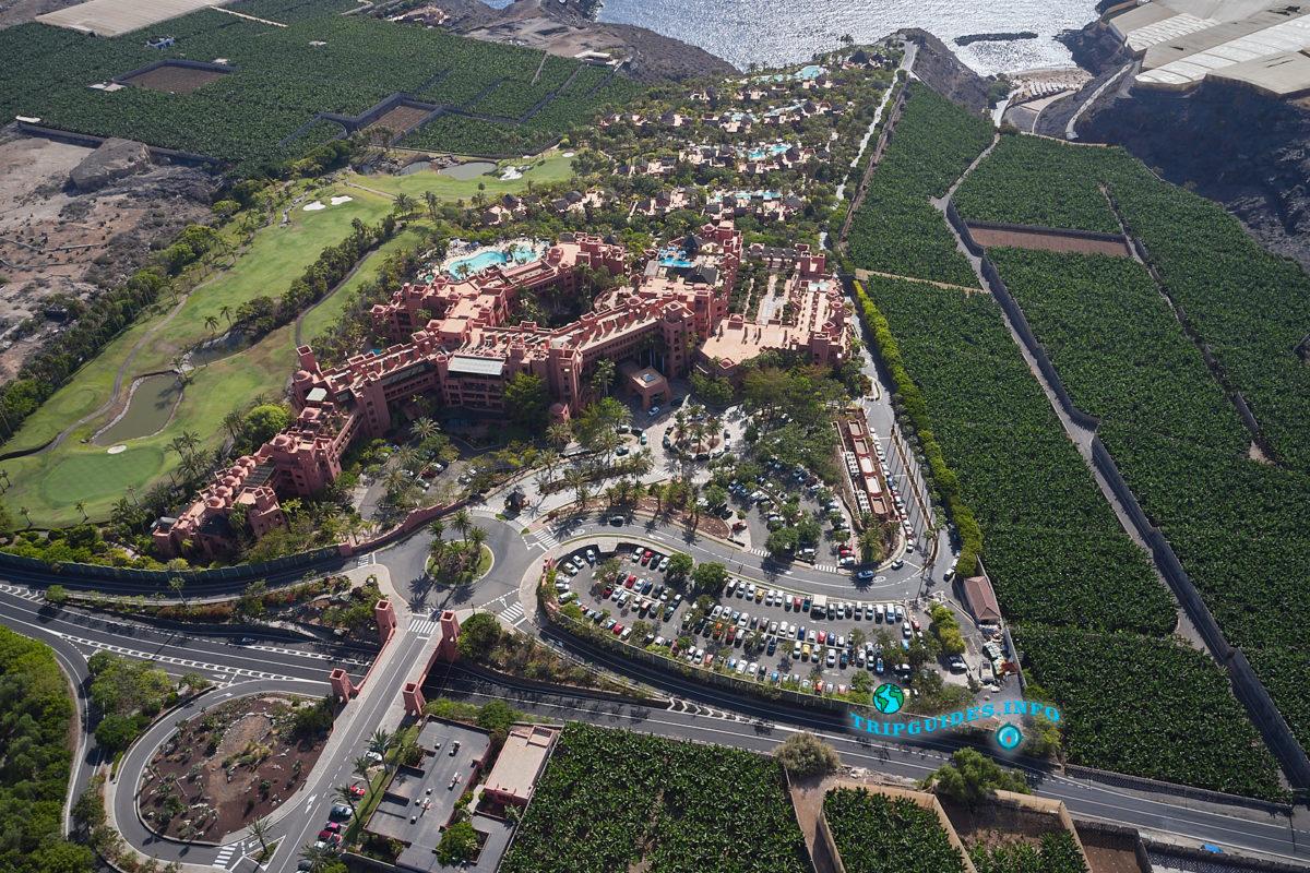 Паркинг у отеля Абама Ритц-Карлтон на Тенерифе (Канарские острова, Испания)
