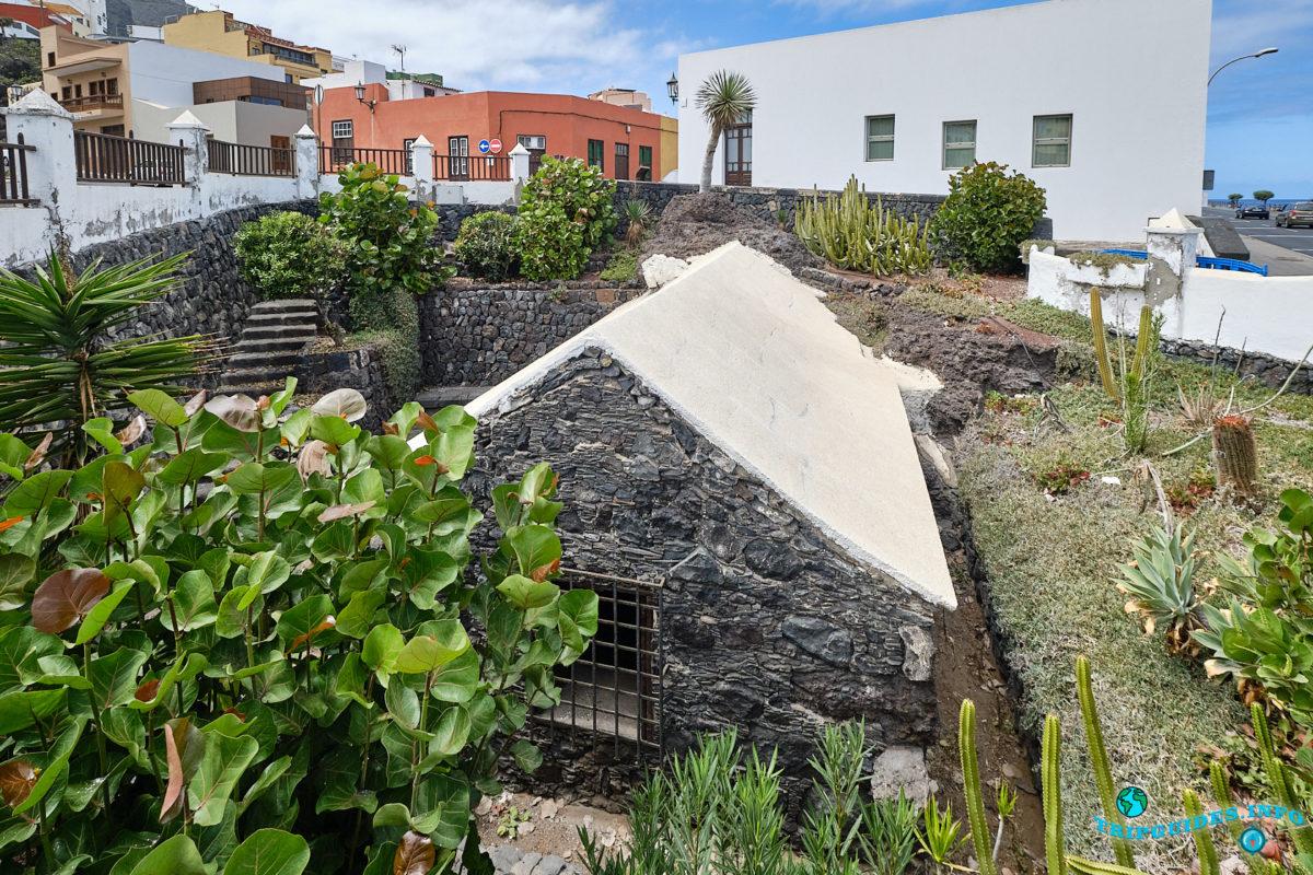 Древняя водяная мельница в городе Гарачико на севере острова Тенерифе (Канарские острова, Испания)