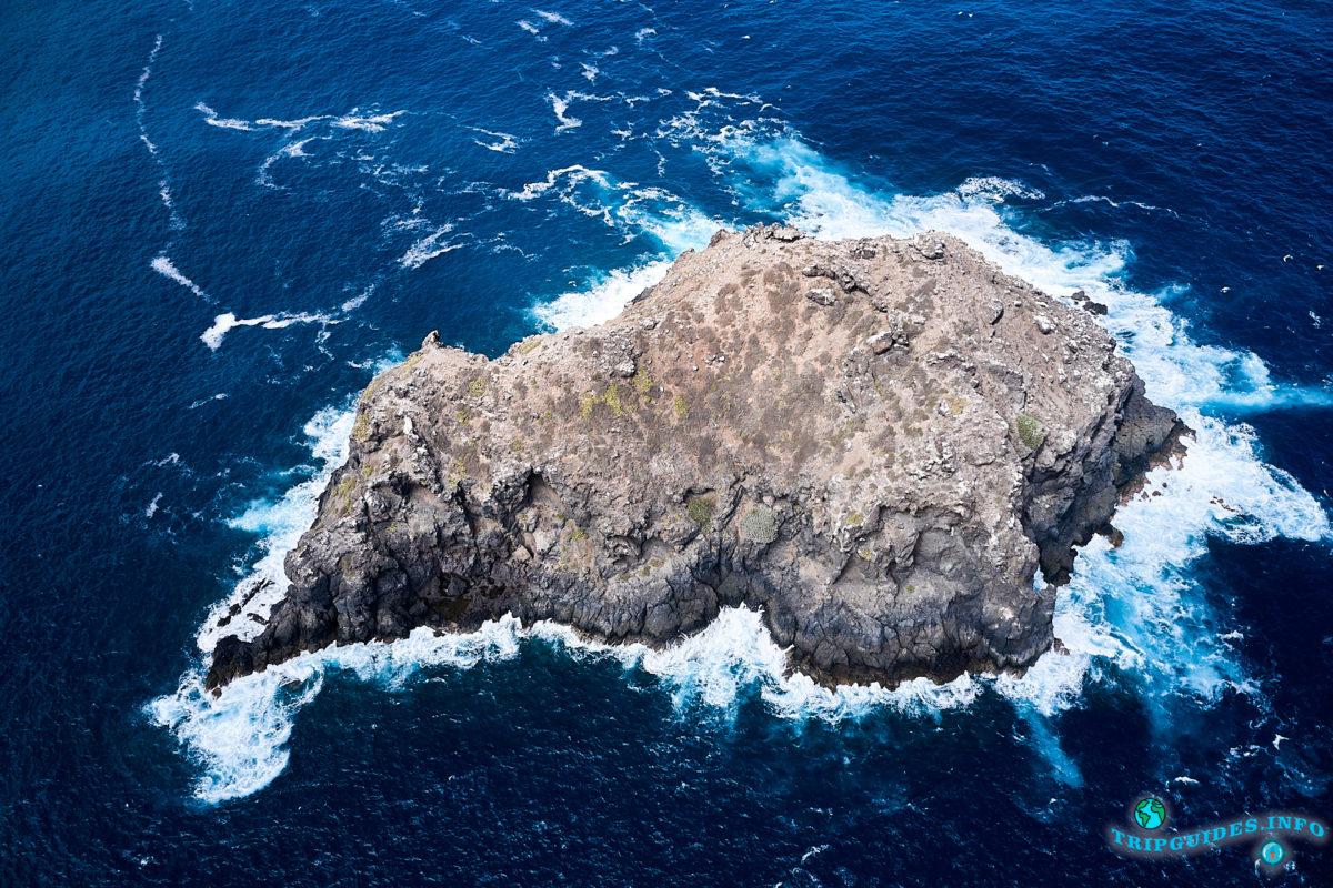 Скала Гарачико в море рядом с городом Гарачико на севере острова Тенерифе (Канарские острова, Испания)