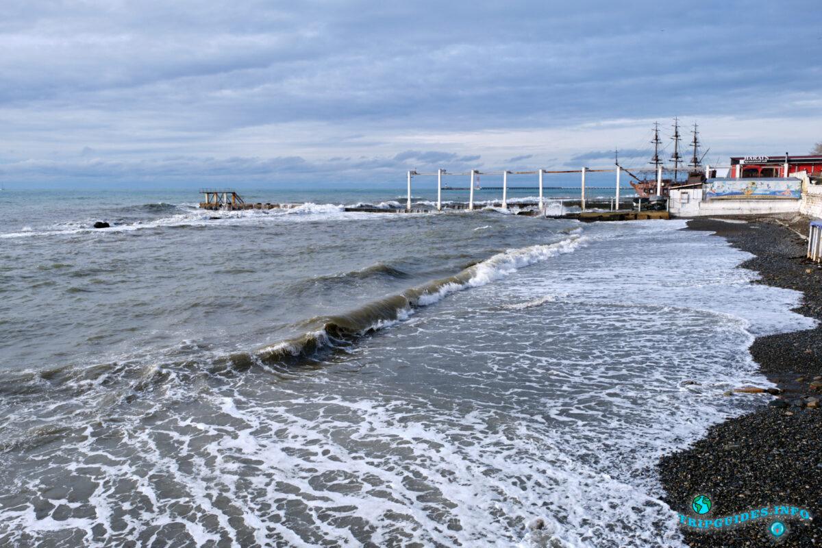 Отдых в России - Пляж в городе Сочи в пасмурную погоду