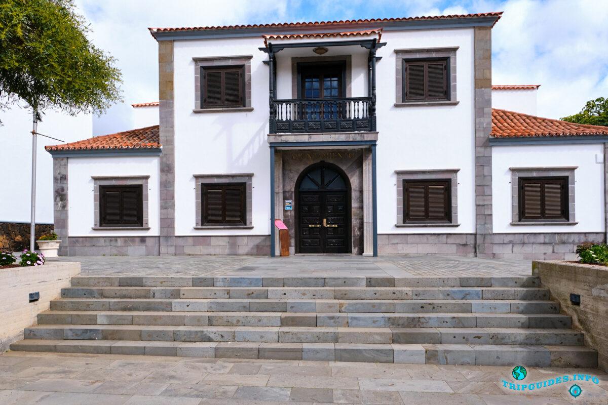 Ратуша Consitorial de Santiago del Teide в Сантьяго-дель-Тейде на Тенерифе - Испания