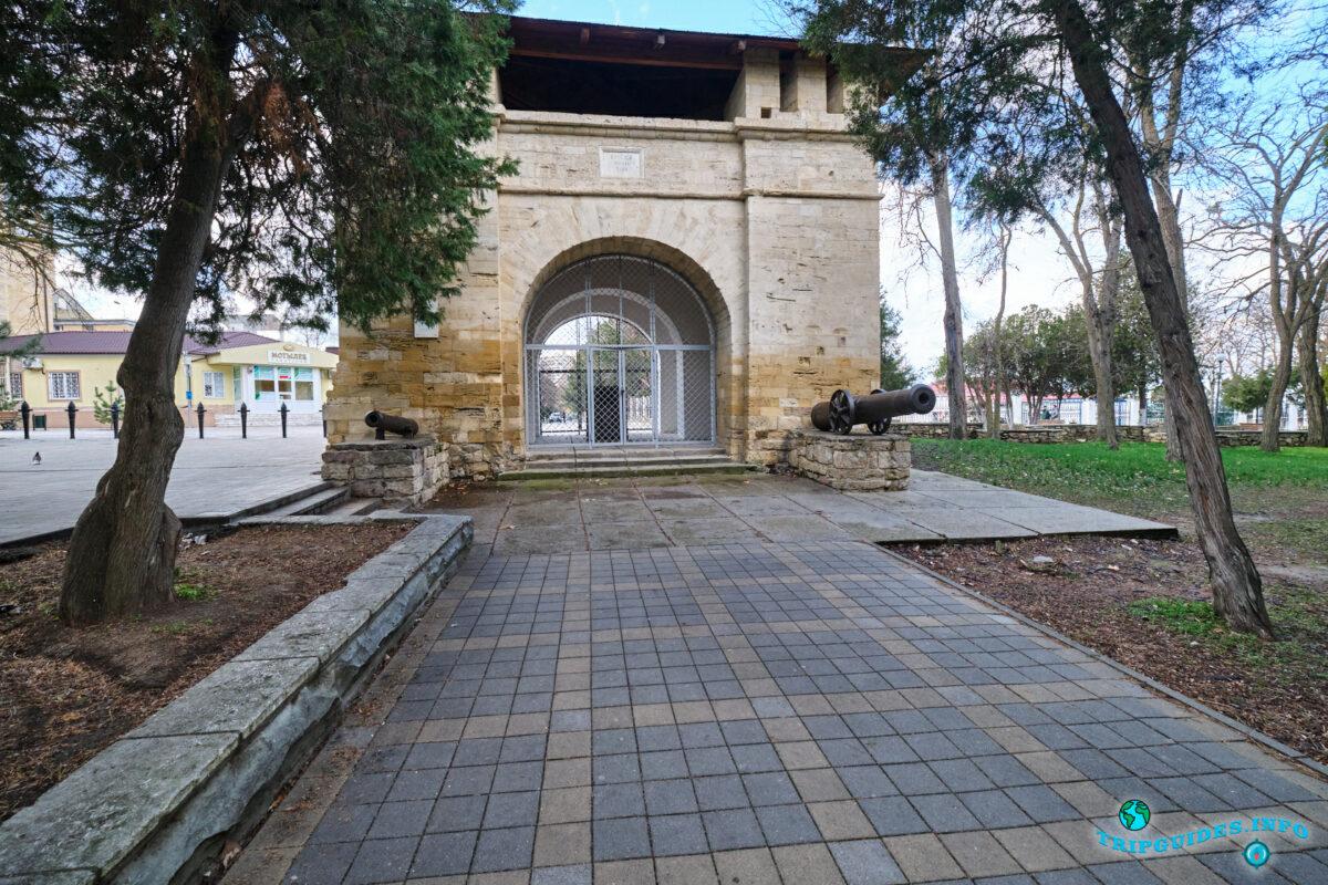 Русские Ворота (крепостные ворота, военный мемориал) в городе Анапа - Краснодарский край, Россия