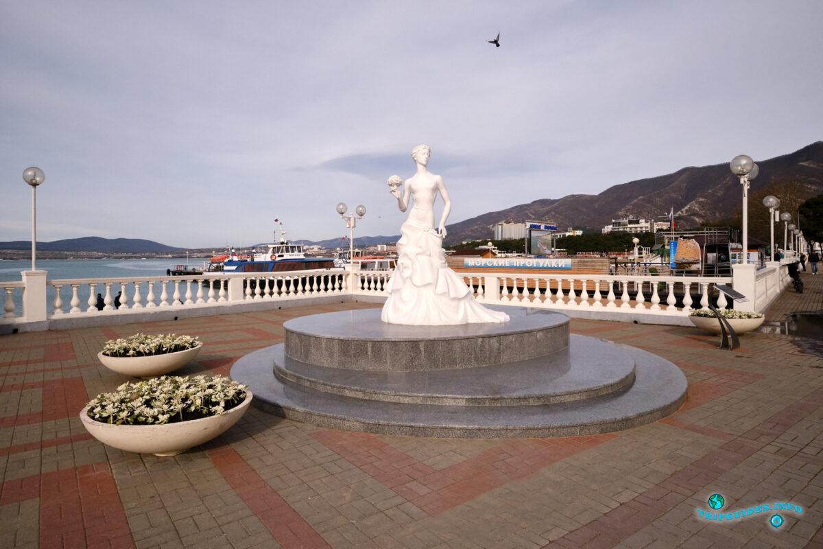 Скульптура «Белая невеста» в Геленджике