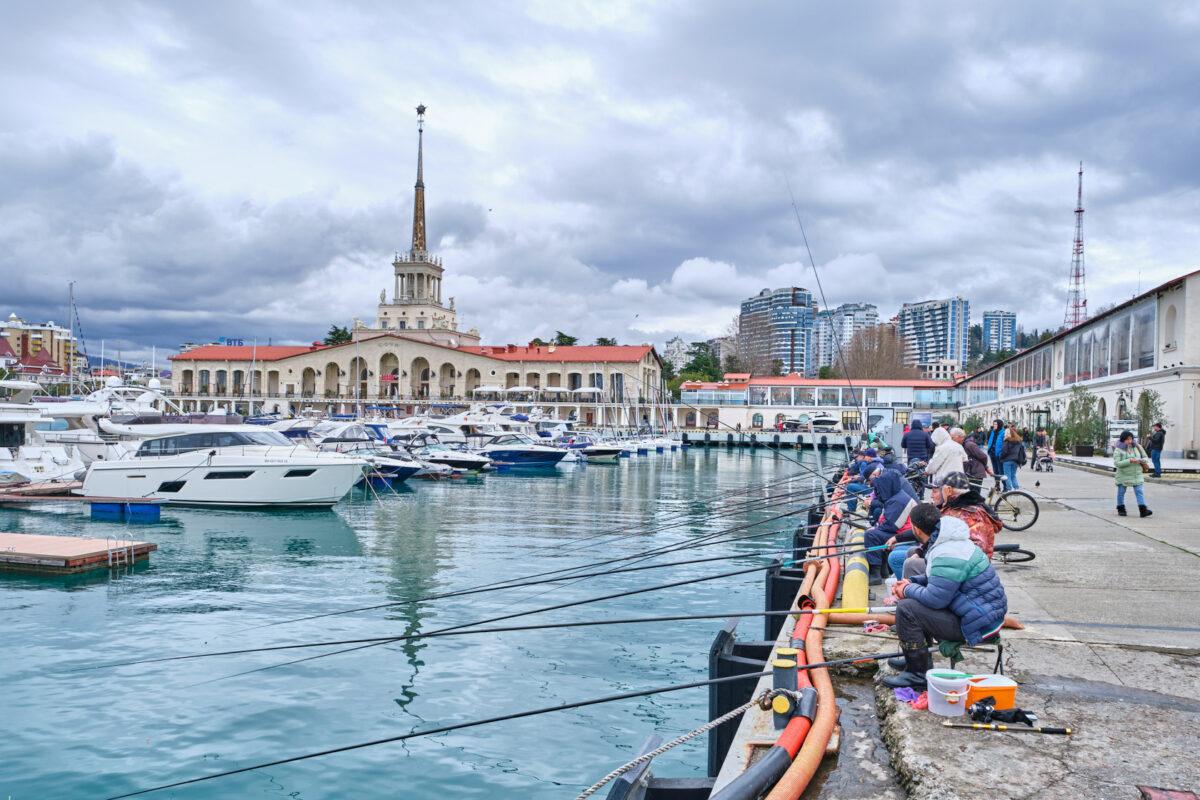 Набережная в городе Сочи (Морской вокзал) - Россия