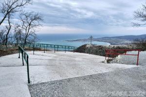 Начало бетонной дороги к кресту и смотровой площадки - Парк Олимп в Геленджике