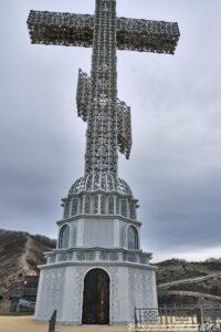 Крест и часовня внизу под крестом - Парк Олимп в Геленджике