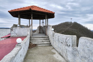 Крепость в верхней части - Парк Олимп в Геленджике