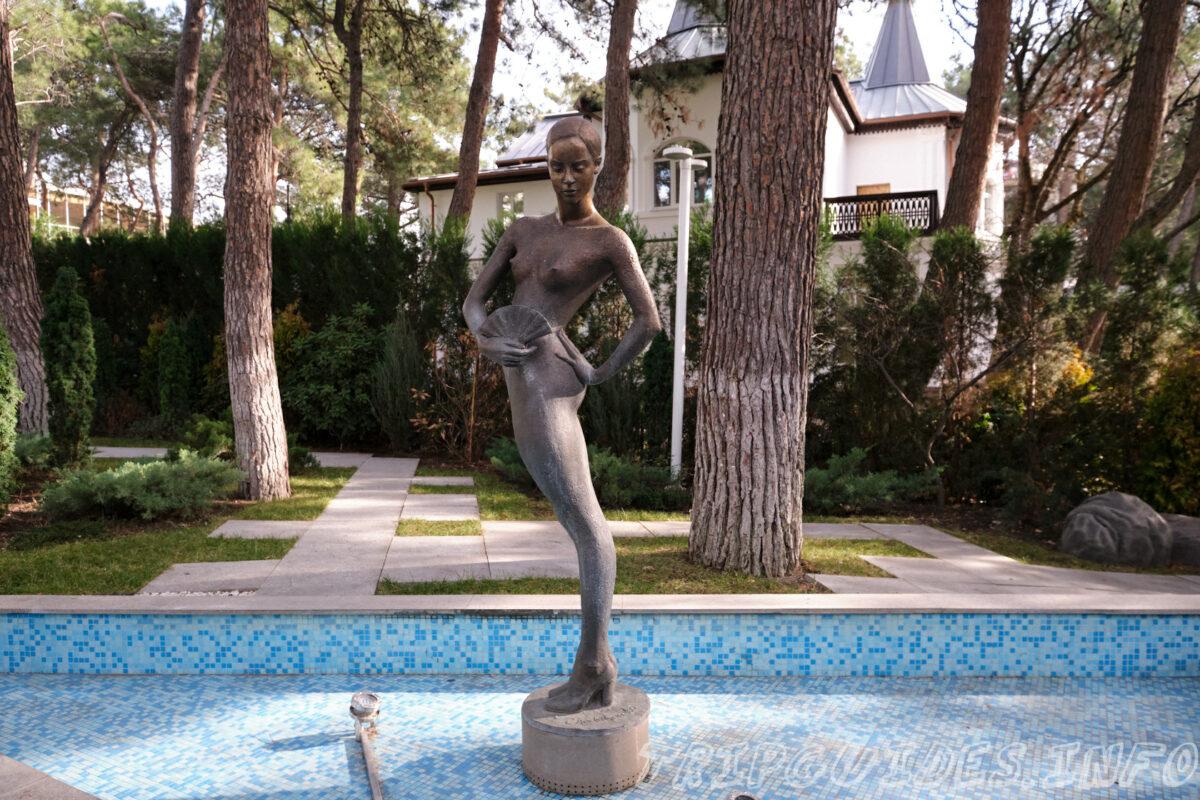 Лермонтовский бульвар - Скульптуры женщин - Набережная Геленджика