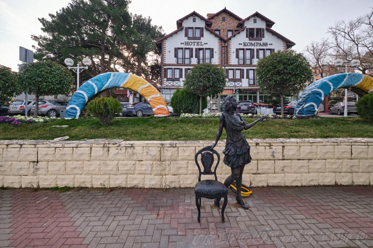 Девушка со стулом - Набережная в Геленджике