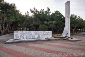 Мемориал, памятник - Погибшим рыбакам с судна Топорок - Набережная в Геленджике