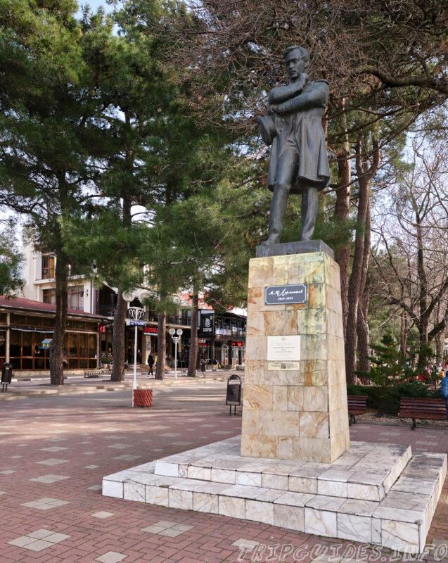 Памятник Лермонтову на набережной в Геленджике