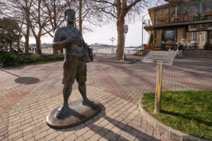 Скульптура Турист на набережной в Геленджике