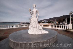 Скульптура Белая невесточка в городе Геленджик